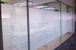 Декорирование стекол окон пленкой Плоттерная резка ООО Уралтехпром